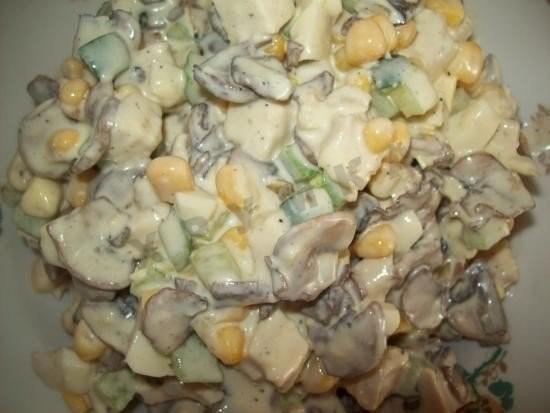salat iz kuricy ogurcov kukuruzy gribov i yaic