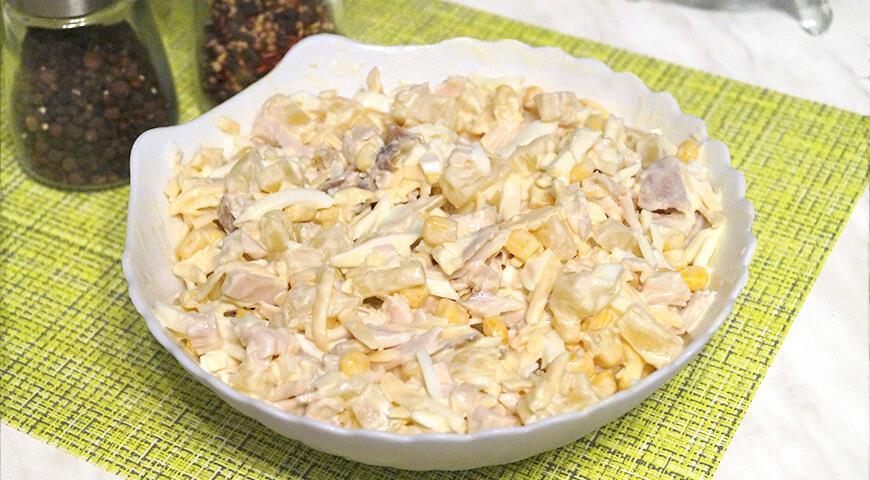 salat s ananasami i kopchenoj kuricej