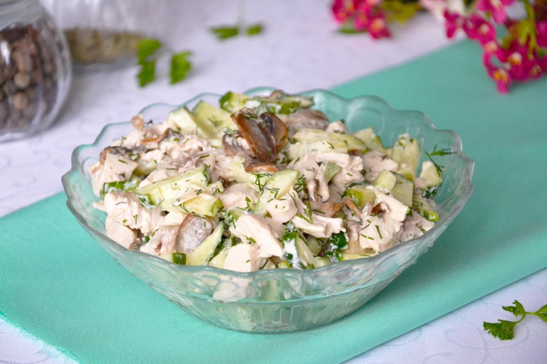 salat s kuricej gribami i ogurcami